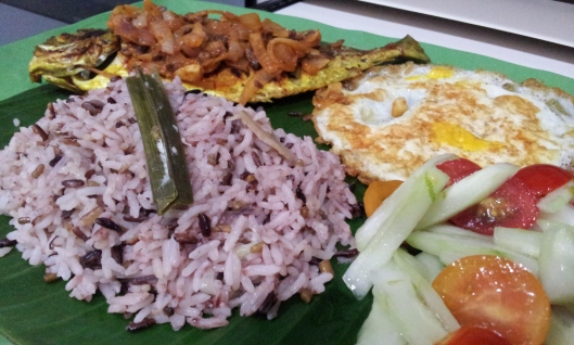 Our delicious dinner tonight with fragrant Nasi Lemak. Yummy !